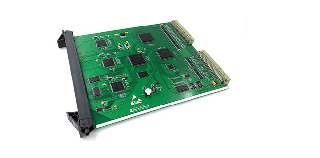 系统概括   本系统硬件采用超大规模通信专用芯片,专用DSP数字信号处理芯片,FPGA可编程逻辑芯片等,确保了系统的低功耗、高效率、长寿命,高可靠; 并且做到公共单元全部热备份,无缝隙切换工作;所有单元板全部支持热插拔; 系统硬件监测功能,不可用或故障时自动隔离功能;重要中继路由可采用主备工作模式;系统采用三级防雷击保护,并全部通过K20抗雷击测试,完全能够满足重雷区环境的特殊要求。   > 2组0-20位不等长的全分机编码   > 中继接口全面混合汇接,NO.